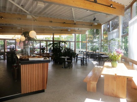 Bouw café met feestzaal en kantoren